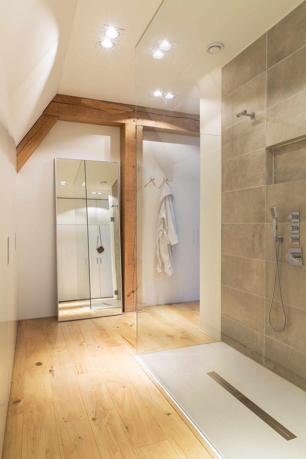 Grote inloop douche met houten balken plafond