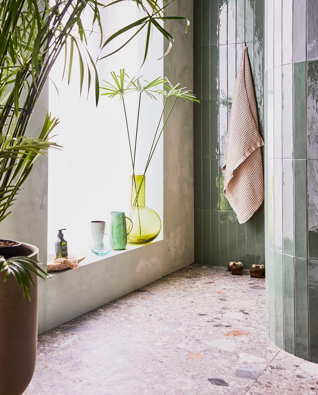 vtwonen 08-2021 | tropische badkamer met groene tegels en vaas en plant