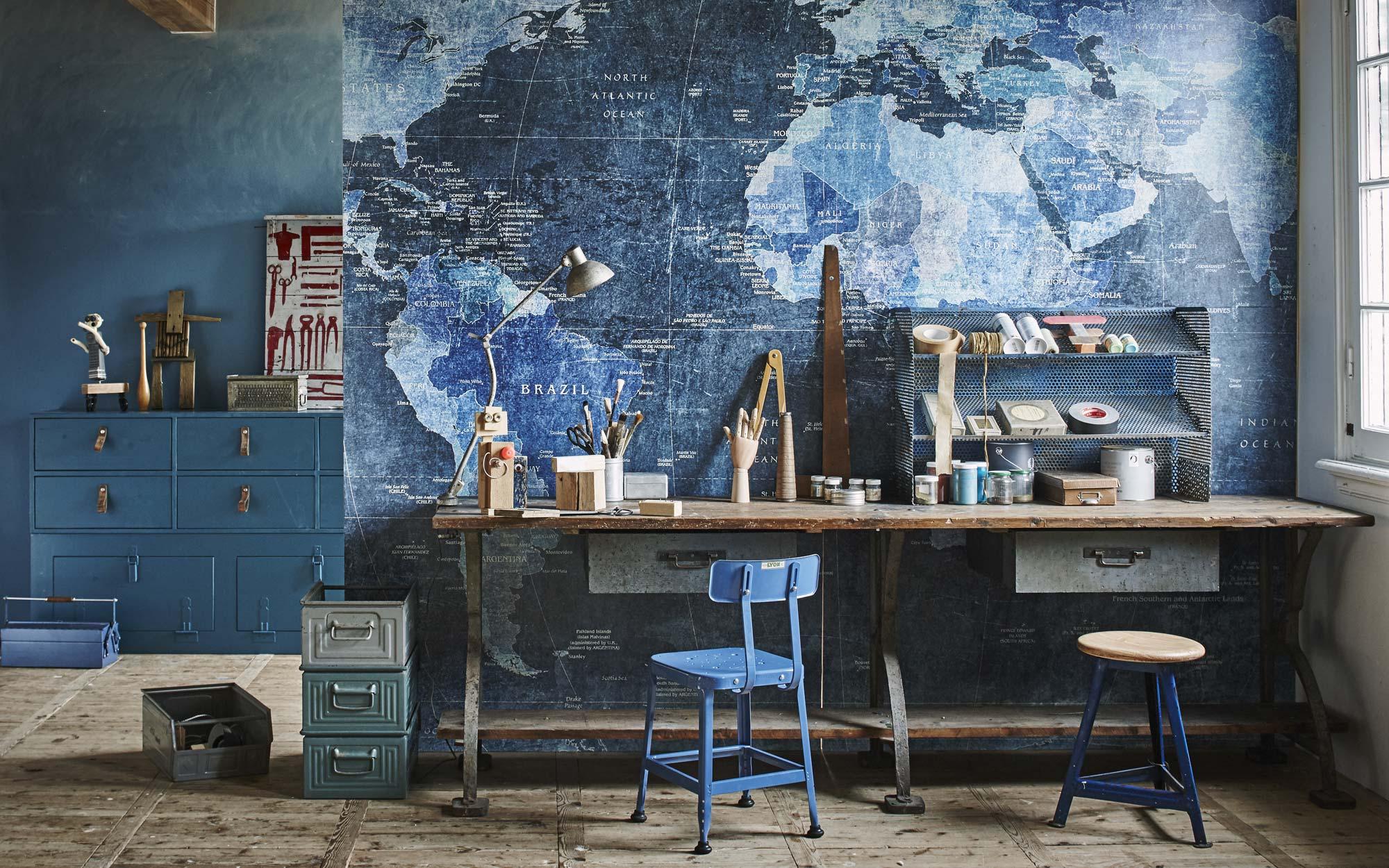 werkplek met blauwe wereldkaart