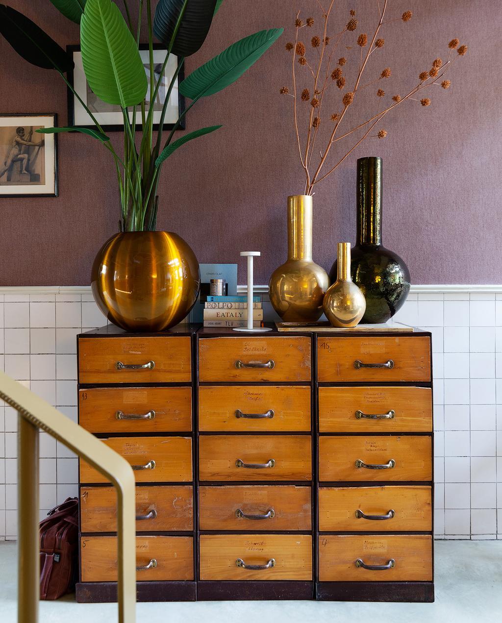 kast hout vol met vazen en planten
