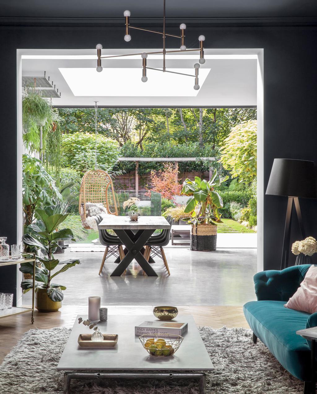 vtwonen 1-2020 | binnenkijken in een victoriaans herenhuis in Londen inkijk op de tuin