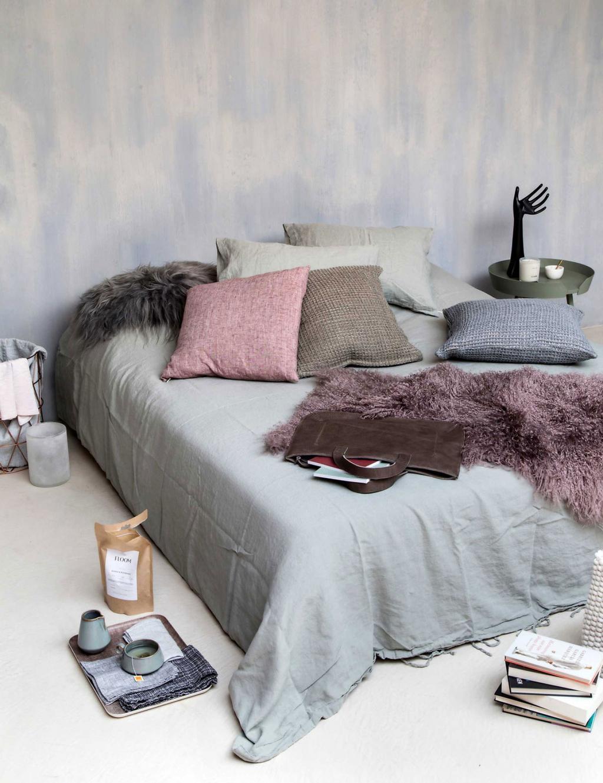 lit-gris-coussins-différentes-couleurs-et-matières