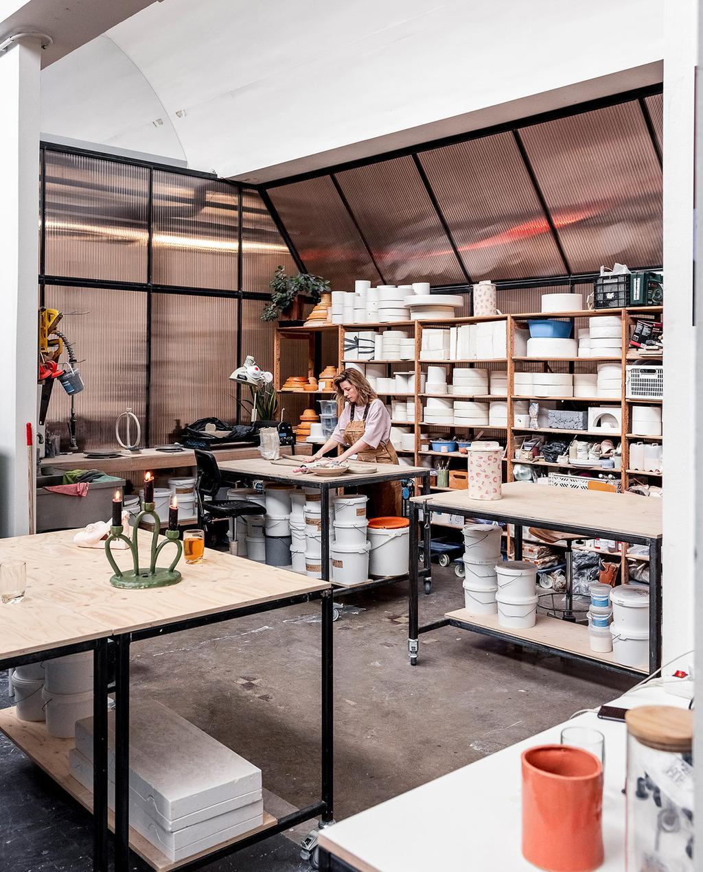 vtwonen 05-2021 | atelier van Janice met werktafel