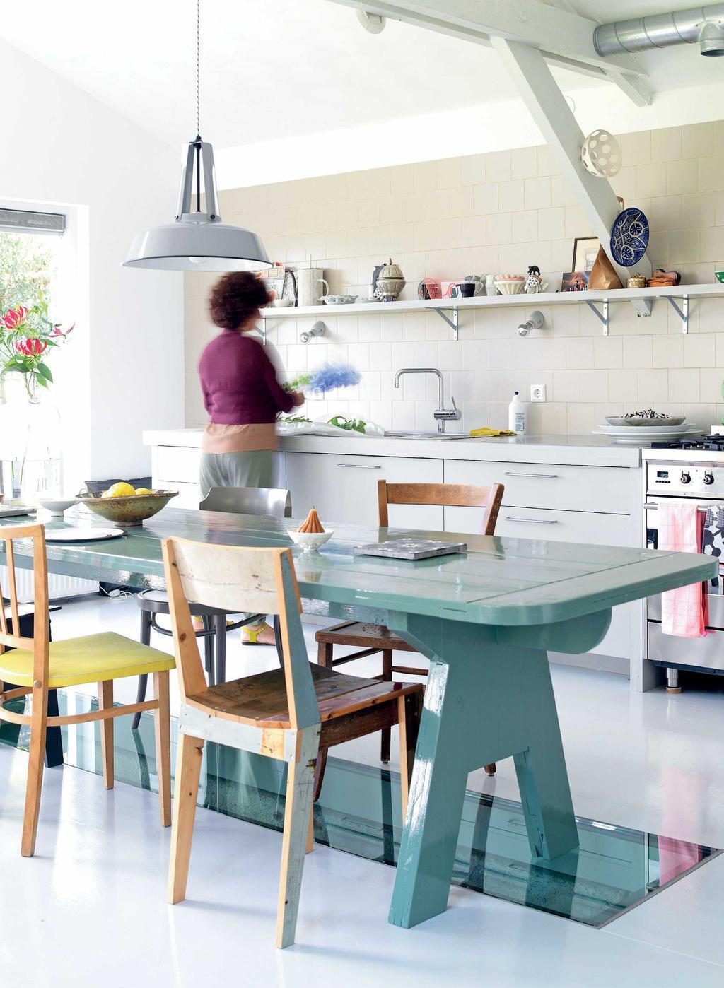 Grijze keuken met roze elementen