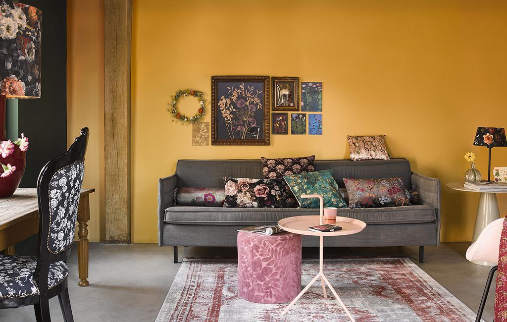 vtwonen 04-2020 | woonkamer met grijze bank en bloem patroon meubels en accessoires
