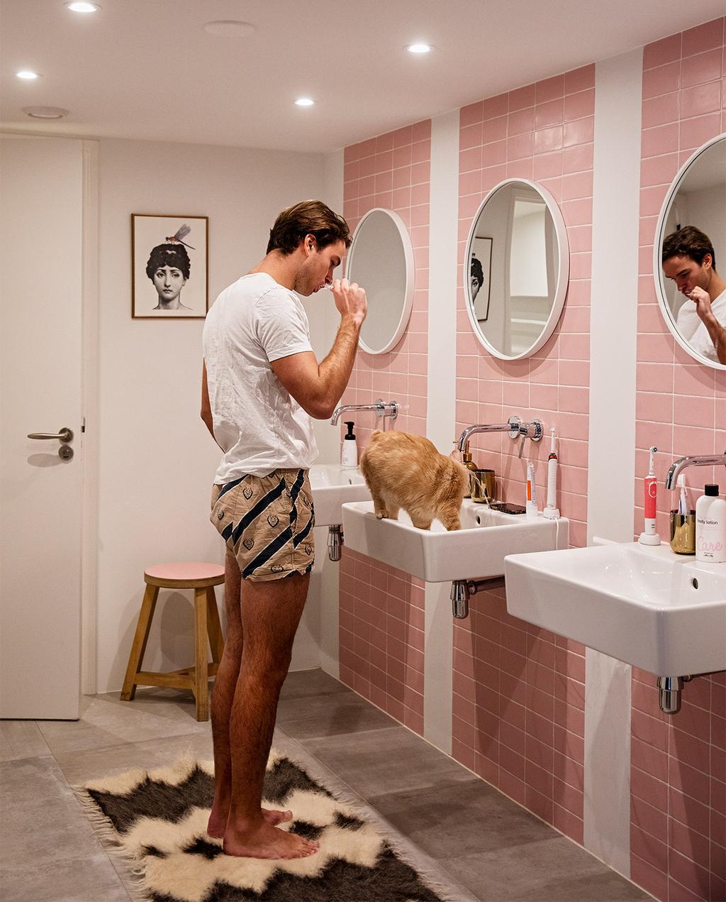 vtwonen 08-2021 | roze badkamer met ronde spiegel