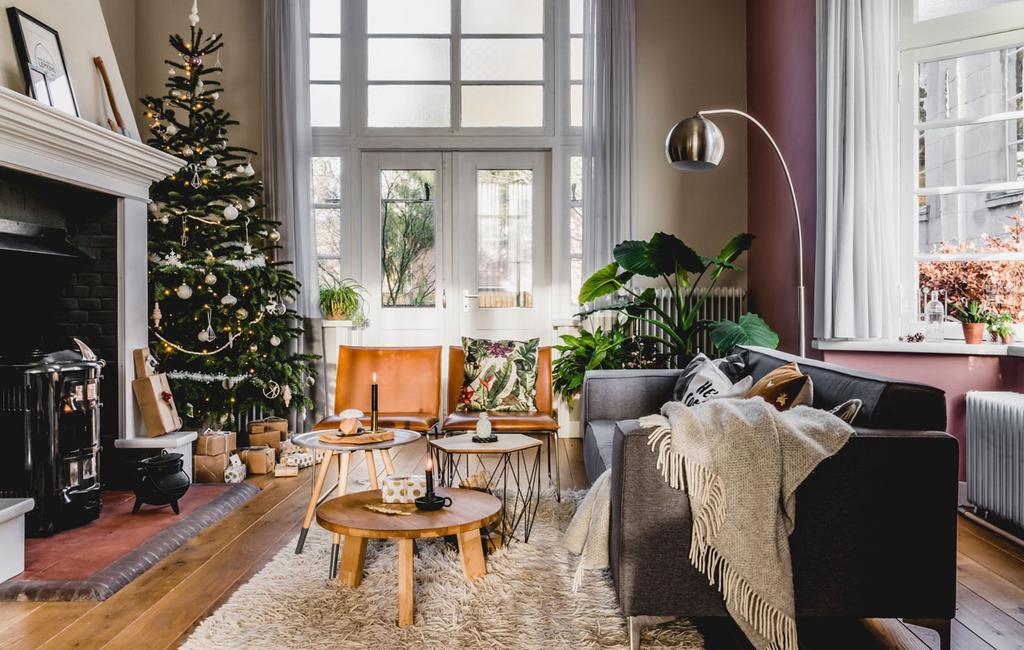 vtwonen 12-2019 | Helenaveen binnenkijken oude pastorie woonkamer kerst