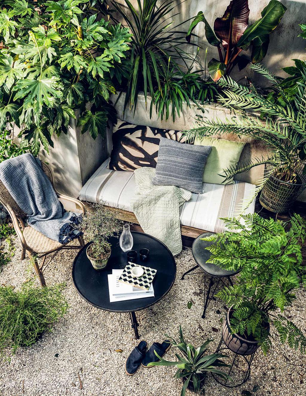 Buitenoase met loungebank in de tuin-weelderig-groen met weelderig groen