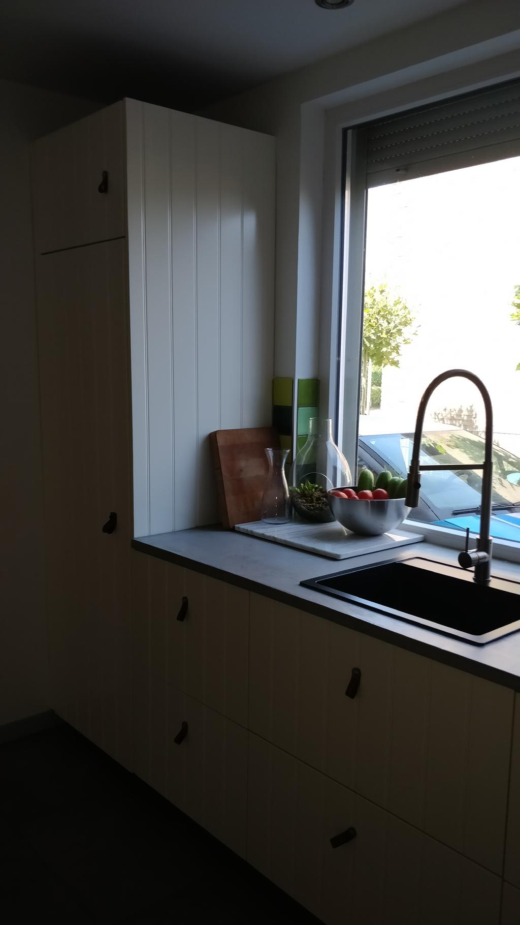 matzwarte-spoelbak-met-design-keukenkraan-marmeren-snijplank-voor-deeg-ed
