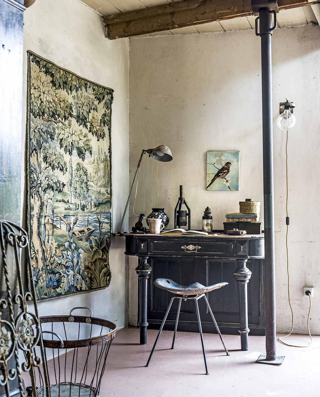 vtwonen 10-2016 | bureau met oude lamp en wandkleed