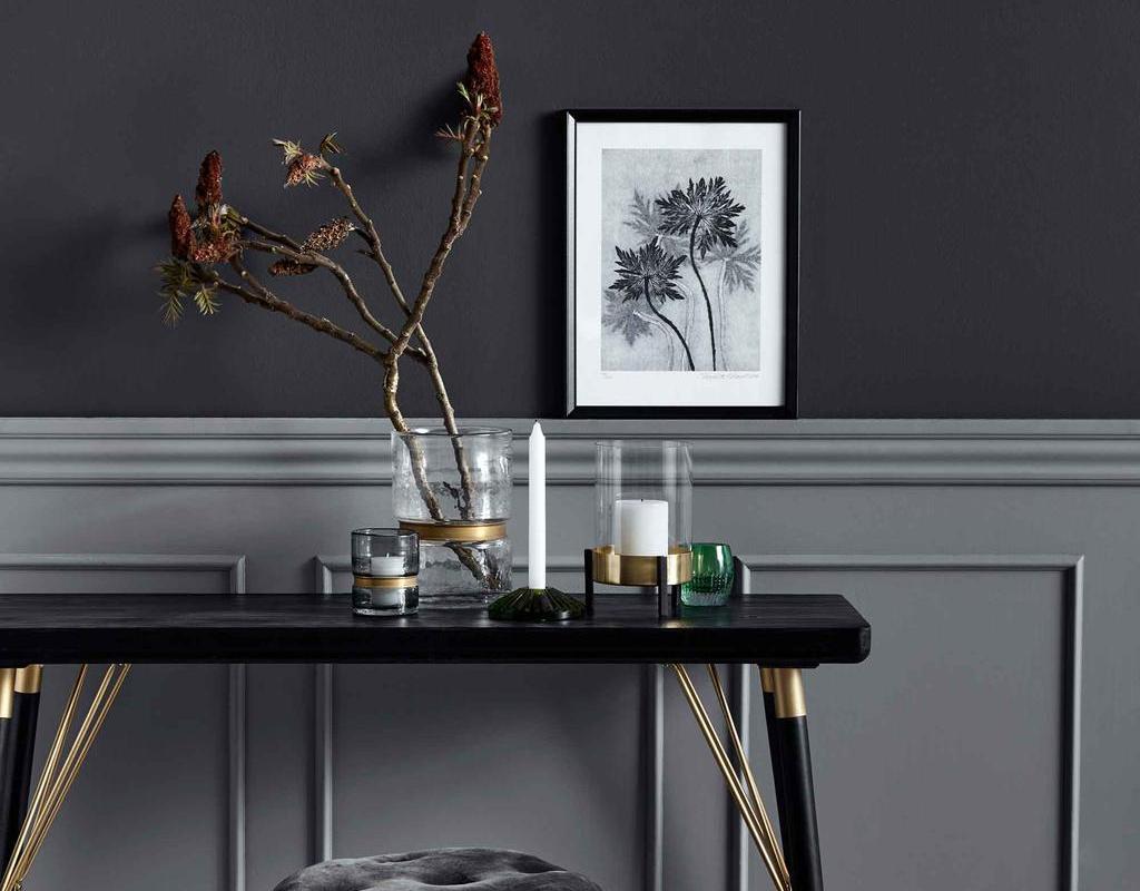 Sidetables voor elke plek in huis | Beeld Nordal | zwarte muur met grijze lambrisering