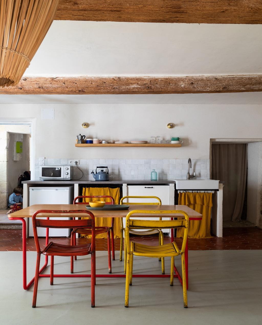 vtwonen 08-2020 | bk buitenland frankrijk eettafel met gekleurde stoelen
