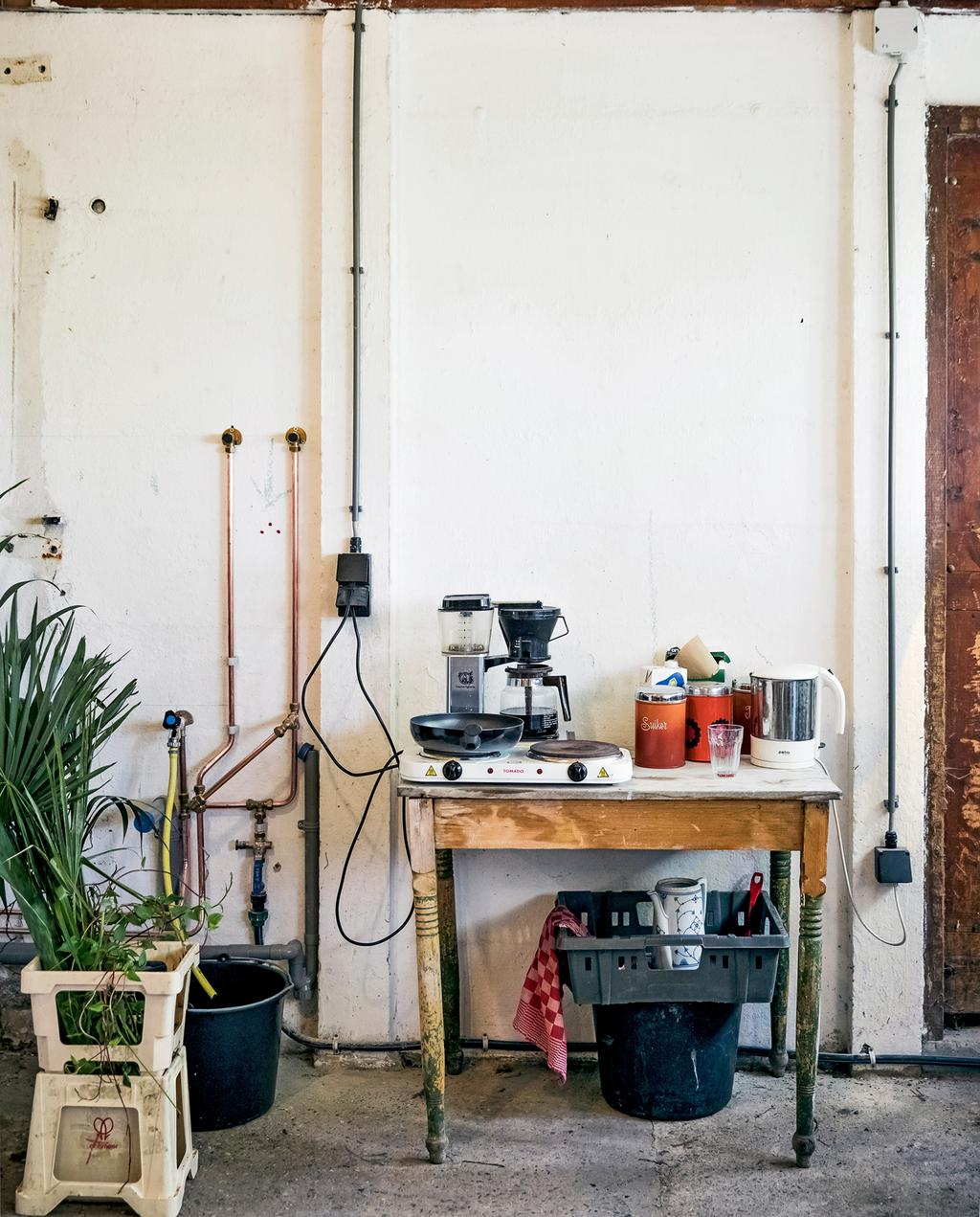 vtwonen 8-2019 | Ambacht Mariette & Denise zelfgekweekte biologische bloemen | binnen werkplek