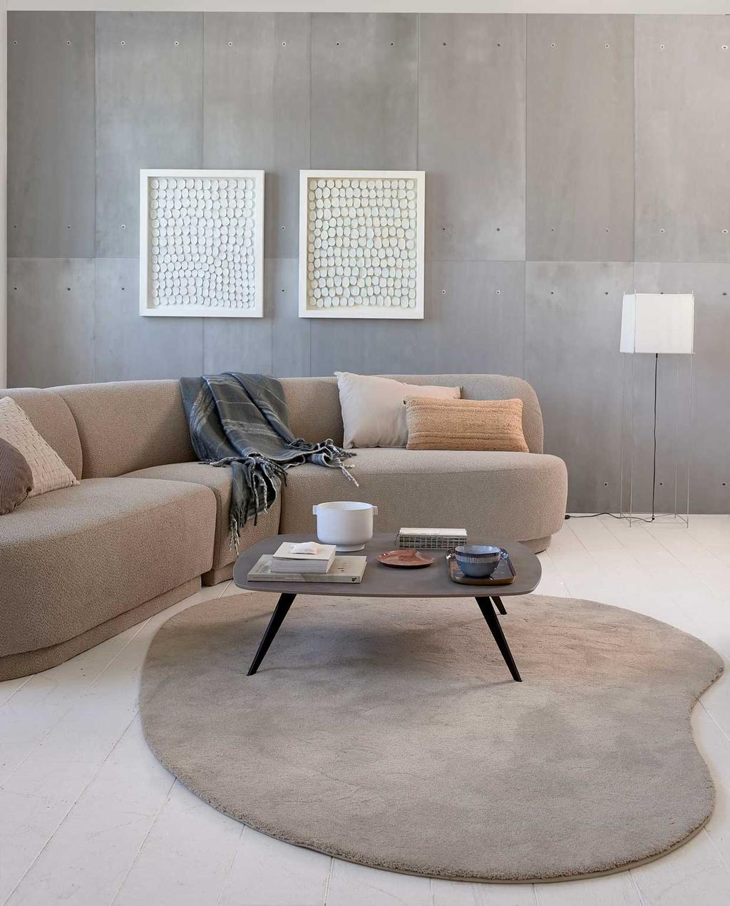 vtwonen trendhuis 10-2020 | woonkamer met beige bank, vloerkleed en salontafeltje