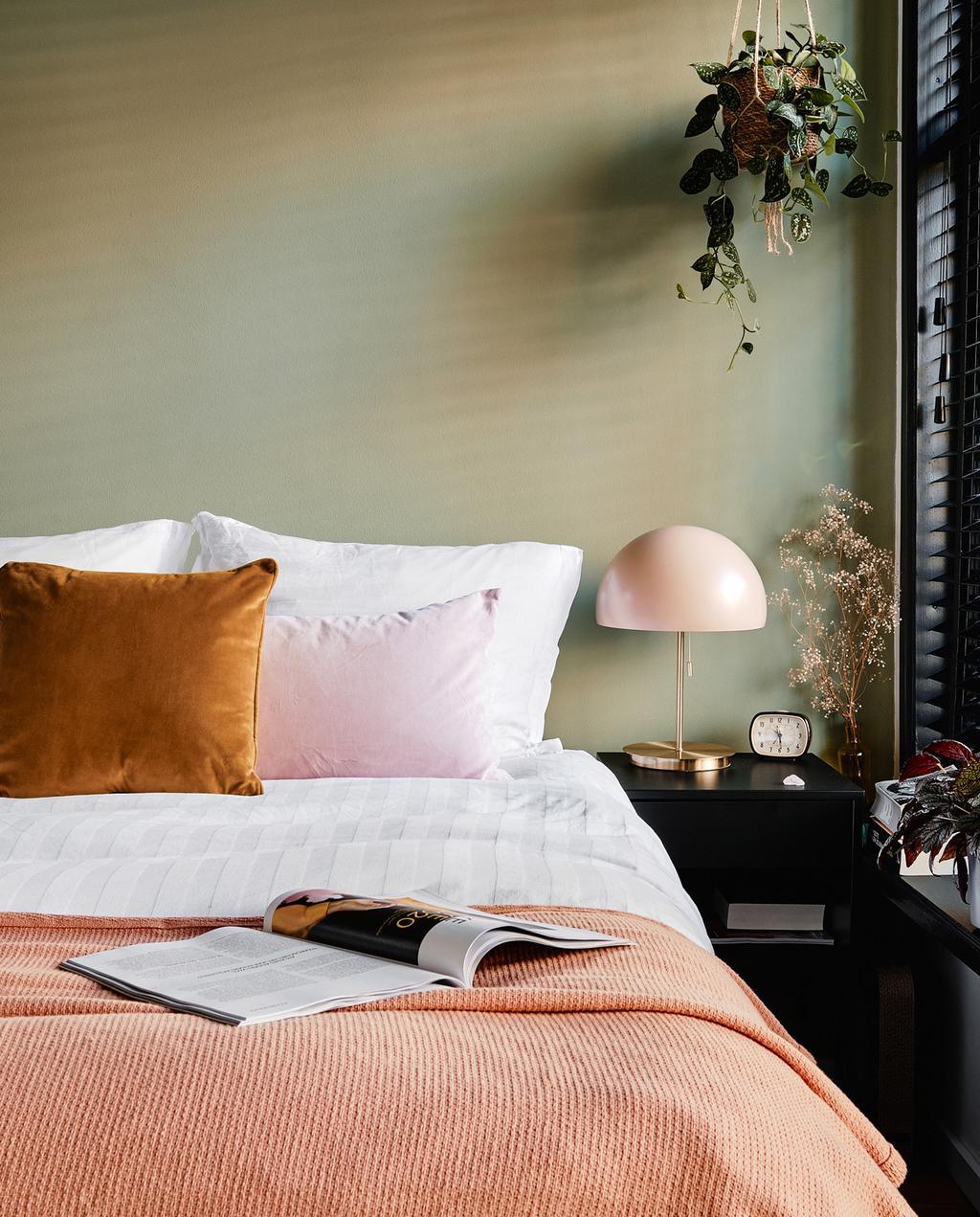 Groene muur | roze dekbedovertrek | lamp | vtwonen 02-2021 | vintage tafellampen