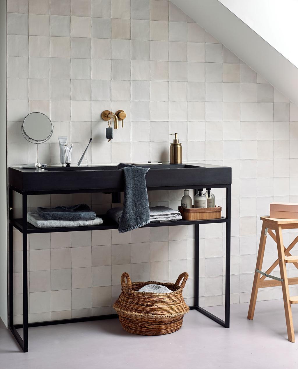 vtwonen 10-2019 | lichte tegeltjes badkamer zwart badmeubel