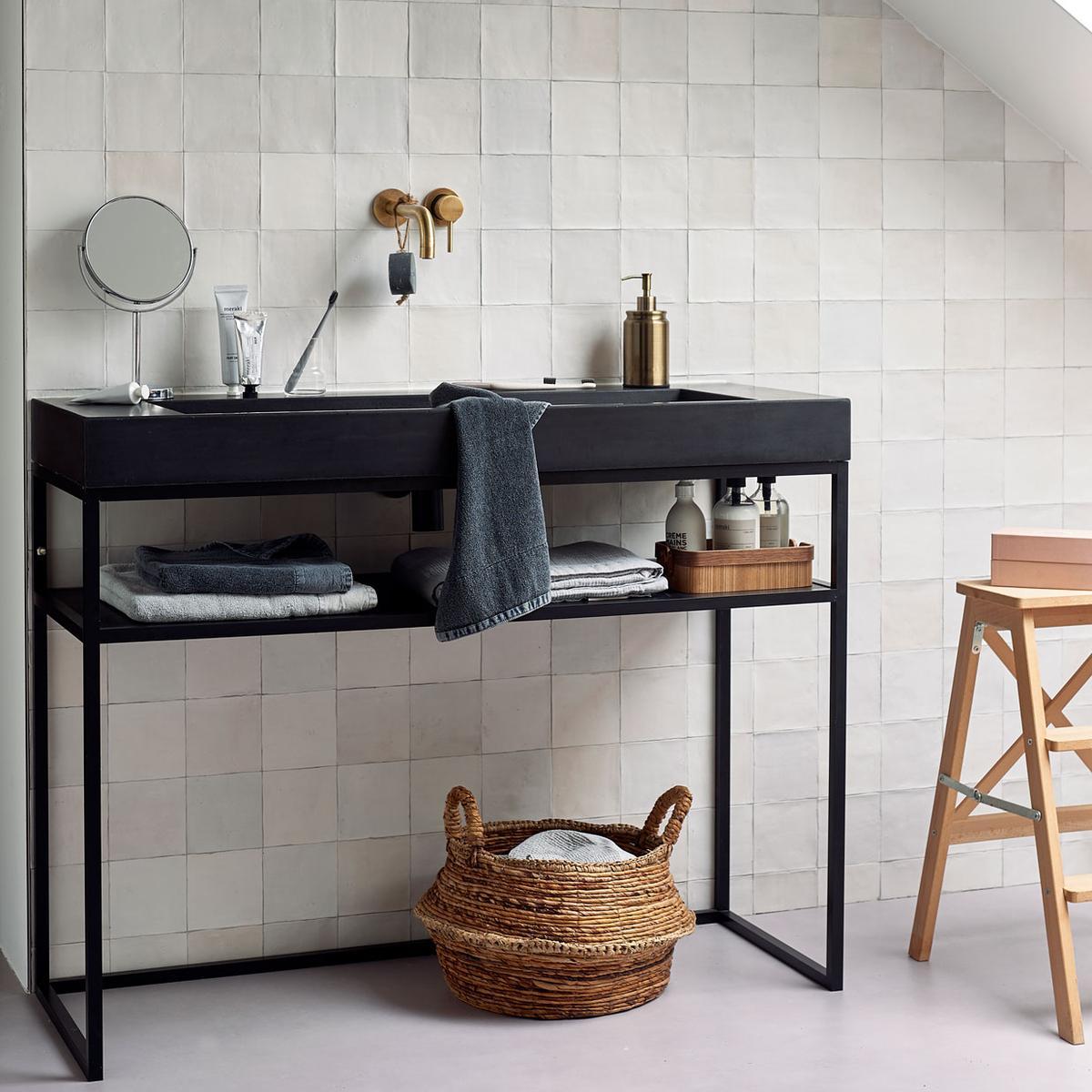 vtwonen 10-2019   lichte tegeltjes badkamer zwart badmeubel