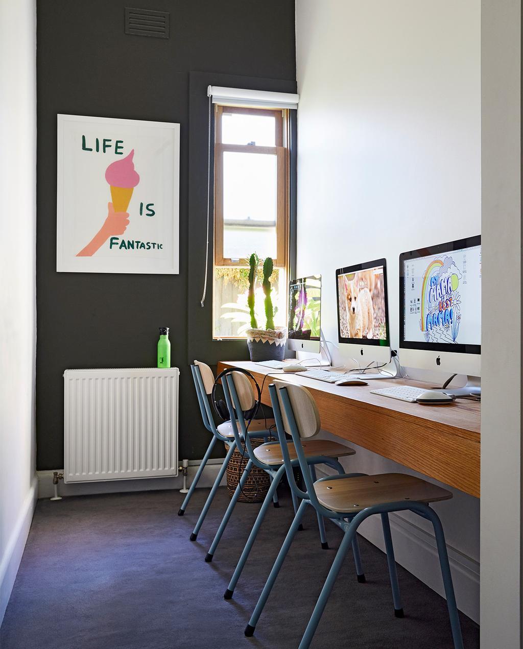 vtwonen binnenkijk special zomerhuizen 07-2021 | ingebouwd bureau met drie computers in een werkkamer van Madeleine