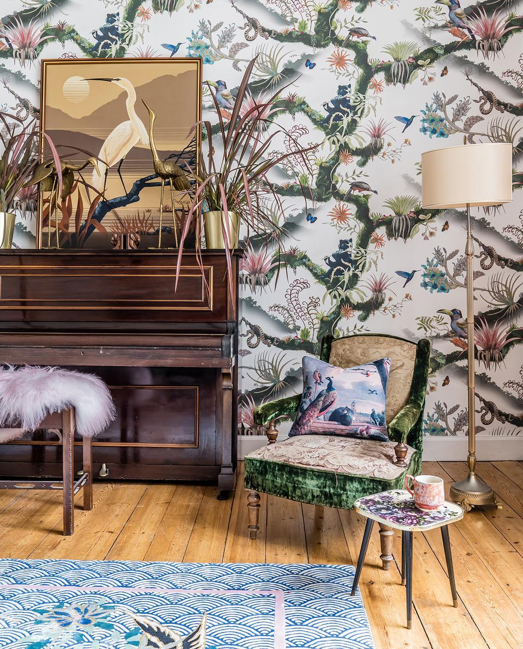 vtwonen 03-2020 | piano zithoek in een flora en fauna gedecoreerde woonkamer