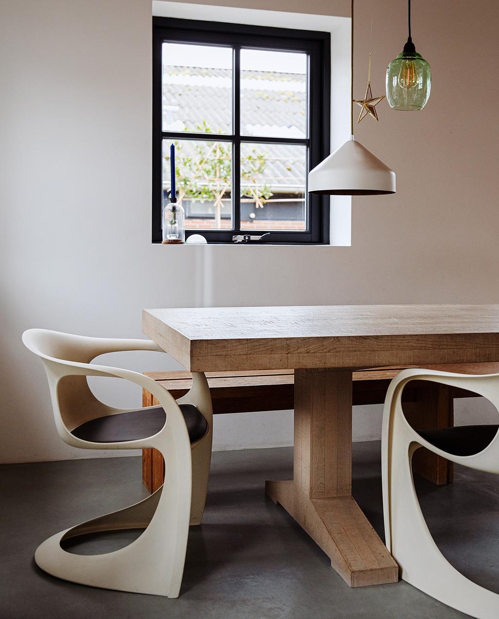 vtwonen 03-2021 | eettafel met bijzondere stoelen