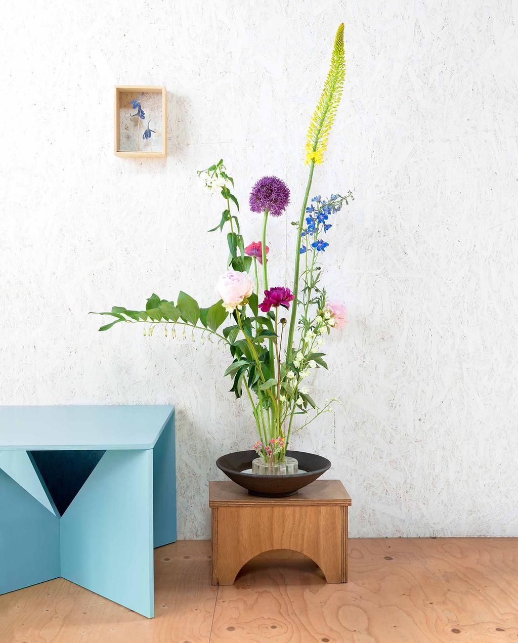vtwonen 08-2016   kleurrijk boeket bloemen op krukje   kunstbloemen