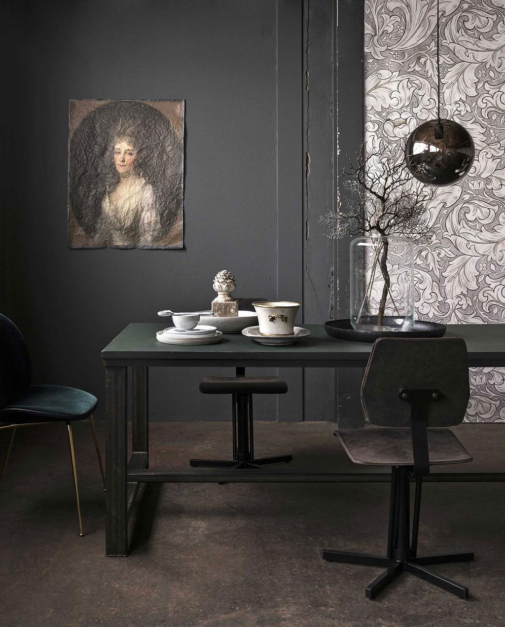 vtwonen 13-2017 | kamer met romantisch interieur, groene stoel met tafel, oud schilderij op achtergrond