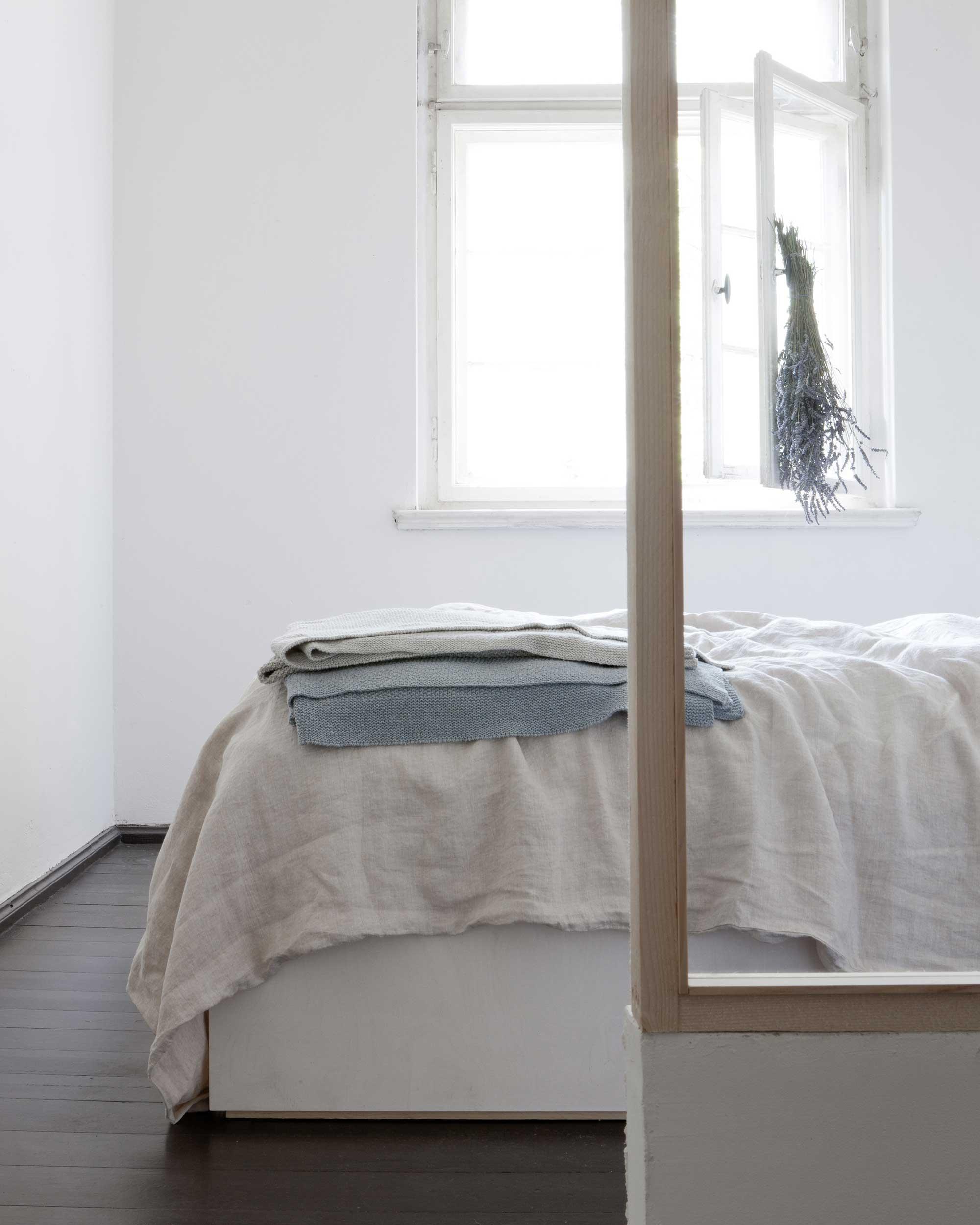 linnen gordijnen en dekbedovertrek van By Mölle | fotografie studio Oink | www.lauraenjames.com