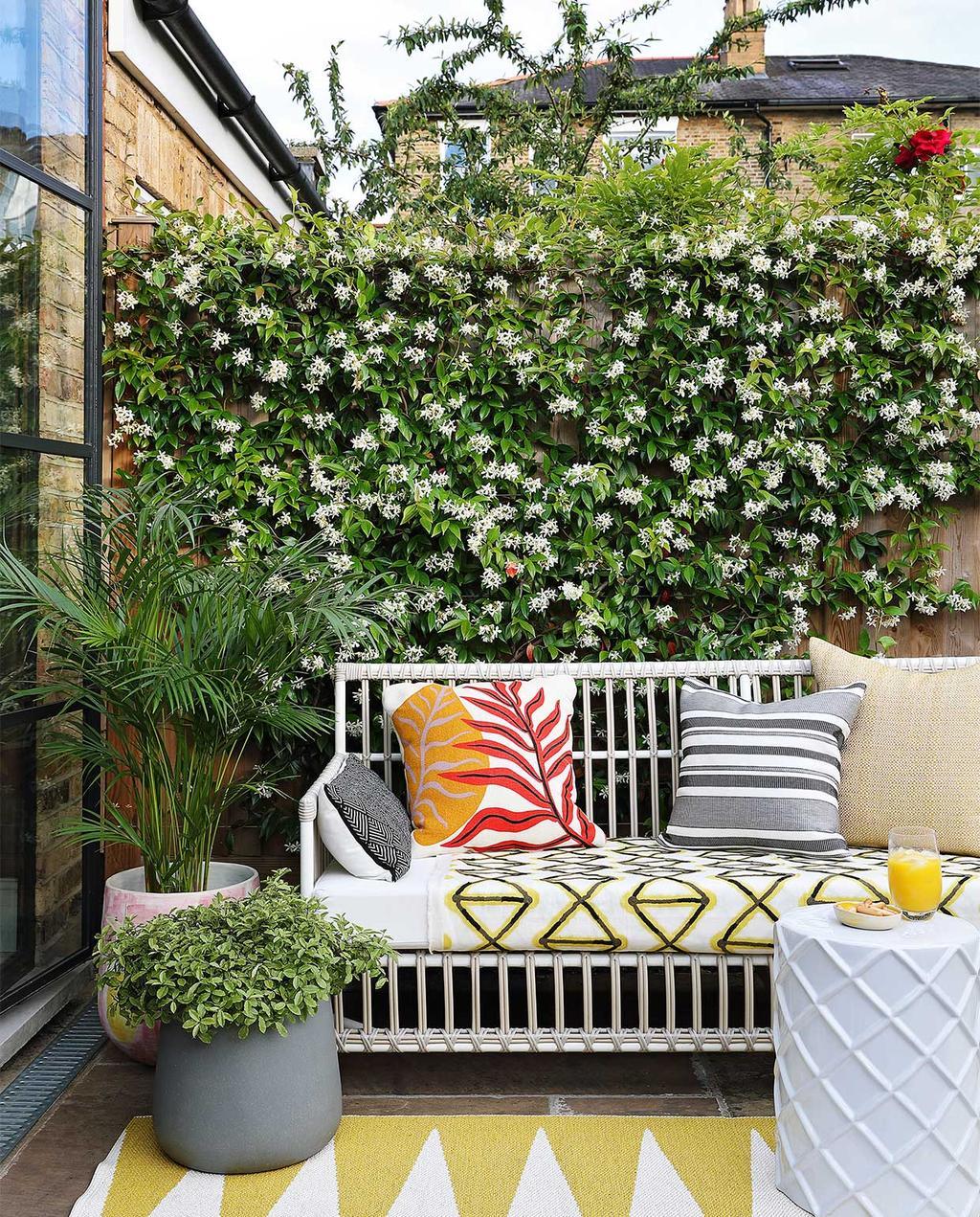vtwonen casas especiais de verão 07-2021 |  banco de jardim com almofadas no jardim