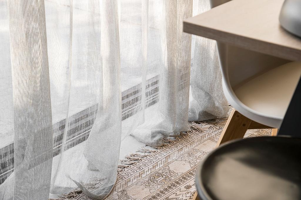 Raamdecoratie van Heytens in de eetkamer van Loes en Kim uit de eerste aflevering van het tweede seizoen van Een frisse start met vtwonen.