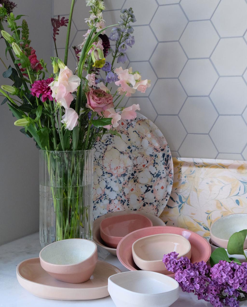 vtwonen PRCHTG | moederdagcadeau bloemen in vaas naast roze en wit servies