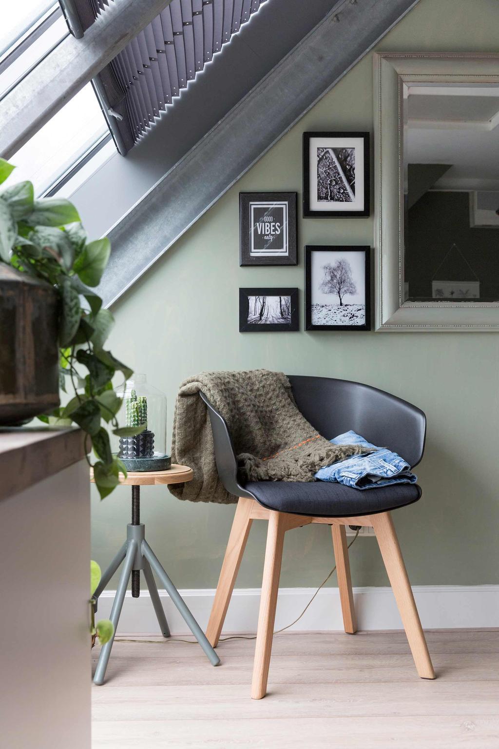 groene slaapkamer zwarte stoel