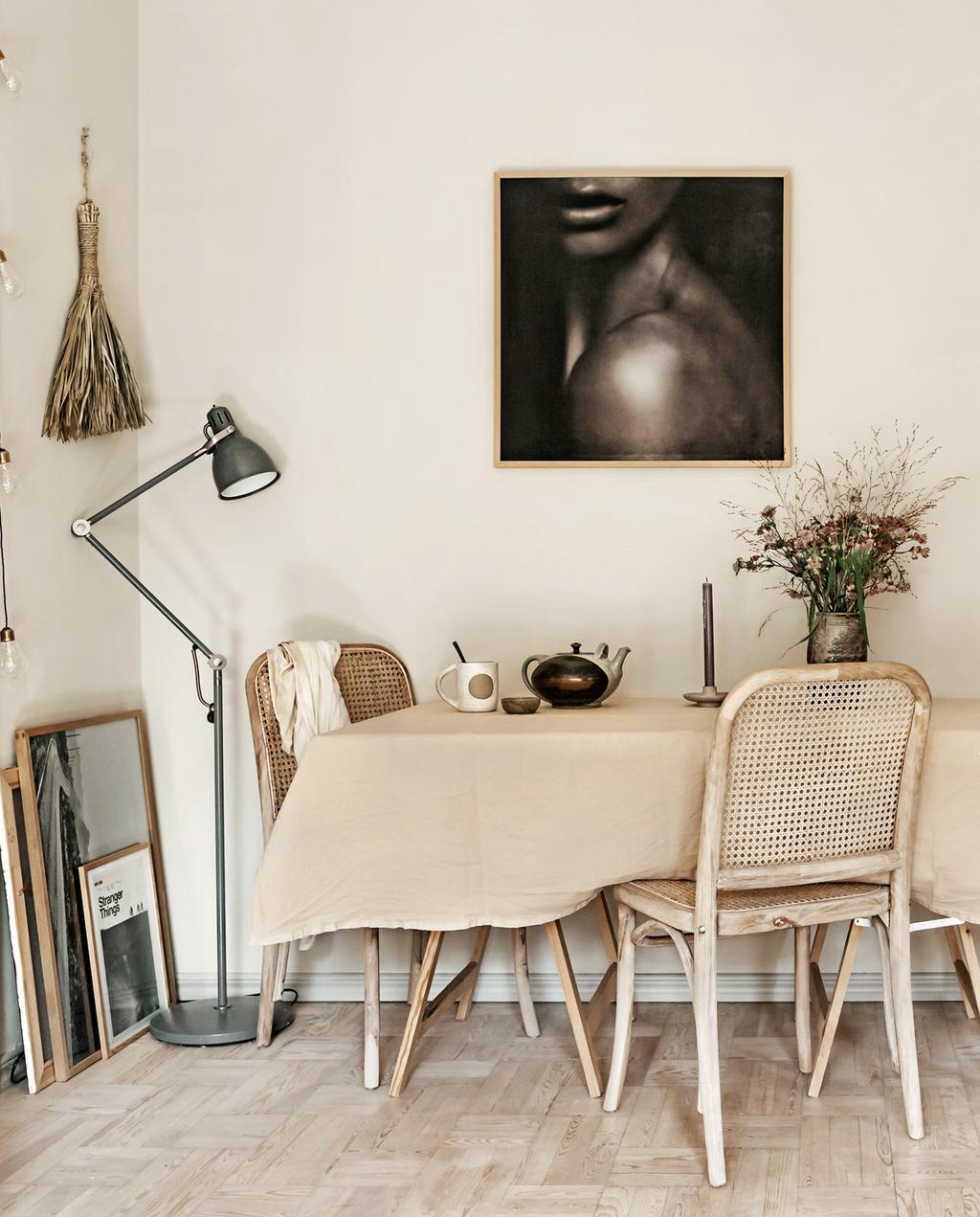 vtwonen 05-2021 | houten lijst met zwart witte foto en natuurlijke tafel