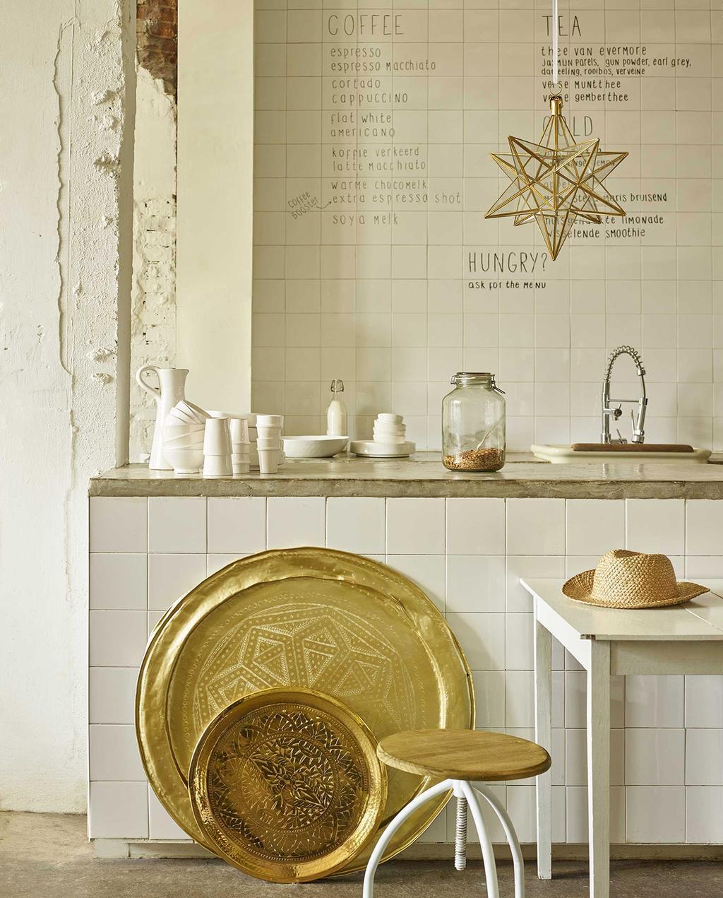 vtwonen 07-2016 | grote schalen met goud in de keuken