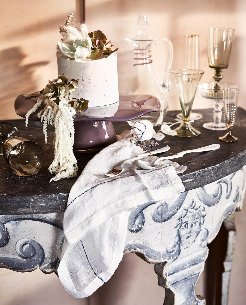 vtwonen 06-2021 | ronde tafel met glazen I stijlenmix in huis