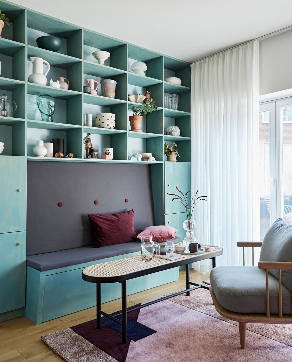 vtwonen 2-2020 | woonkamer met blauwe vakkenkast