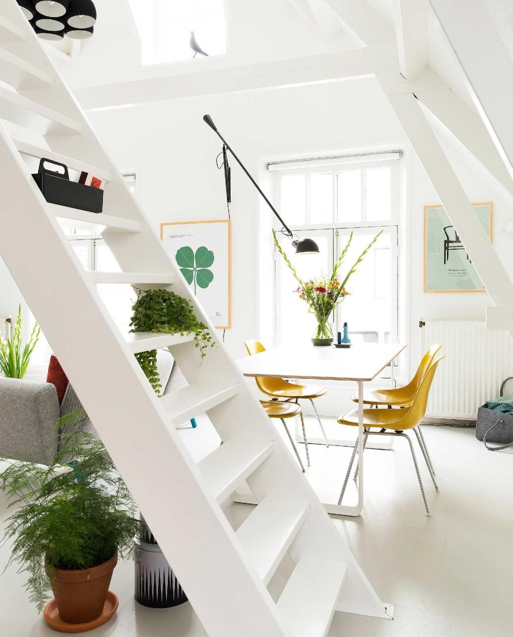 kleine zolderwoning wit met gele stoelen