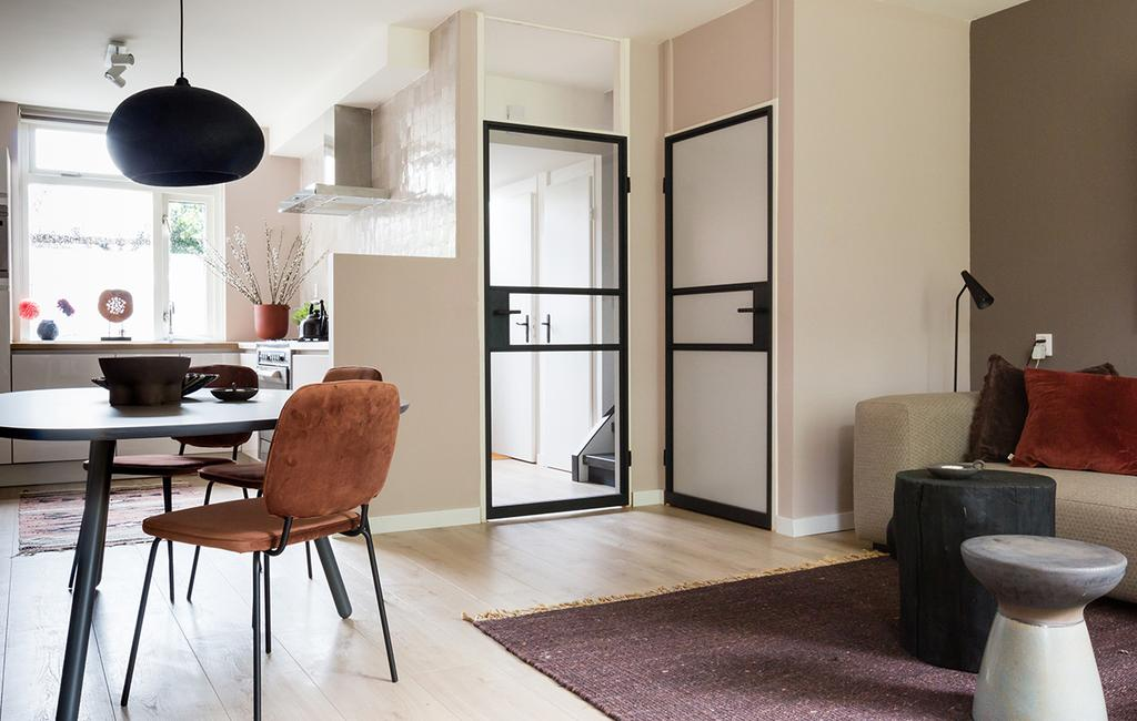 vtwonen GewoonGers stalen deuren | woonkamer met stalen deur en bruine suede stoel