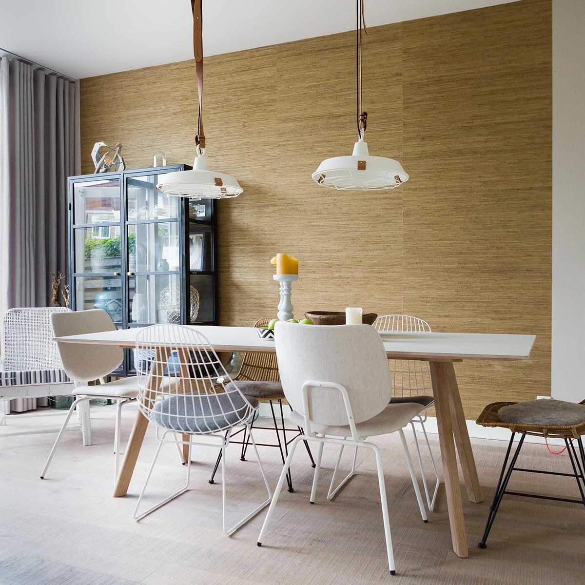 Eettafel met verschillende stoelen in dezelfde stijl van Eijerkamp