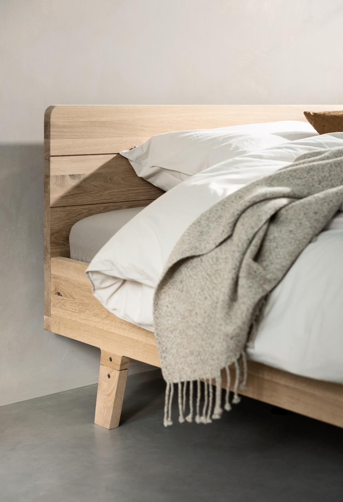 slaapkamer houten bed focus eikenhout schuin pootje Swiss Sense