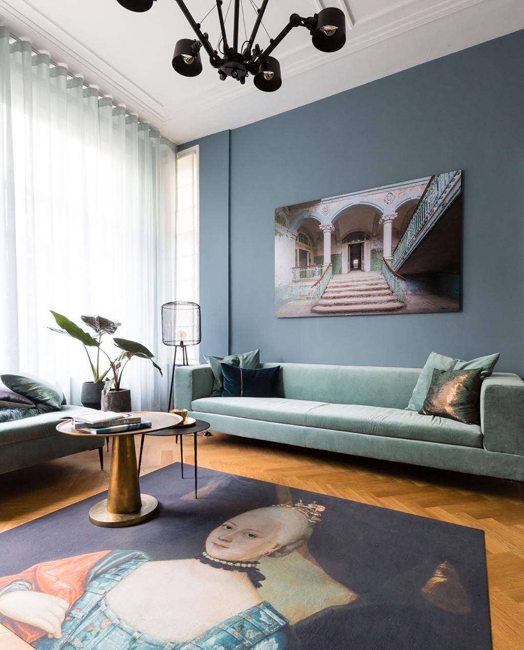 blauwe bank met kunstwerk vloerkleed
