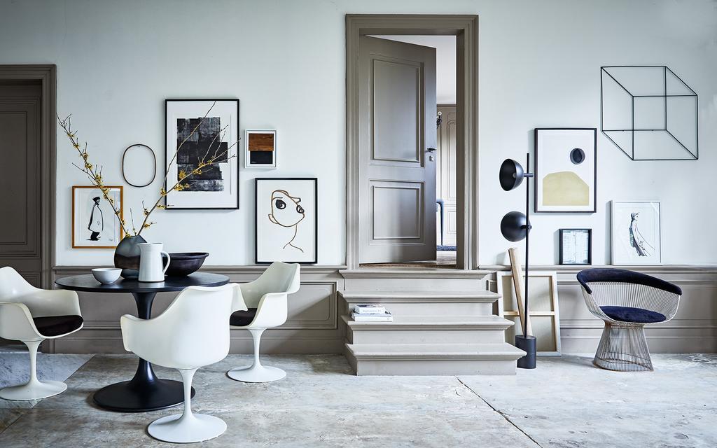 Een galeriewand bij zwart-wit interieur voor wonen met kunst in huis