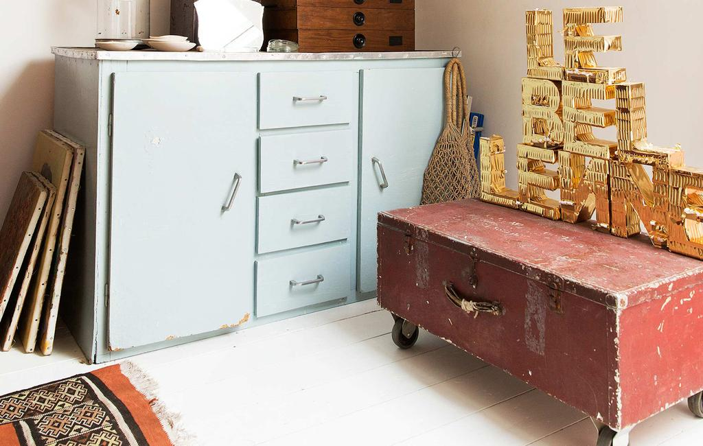 oude rode kist en lichtblauw kastje