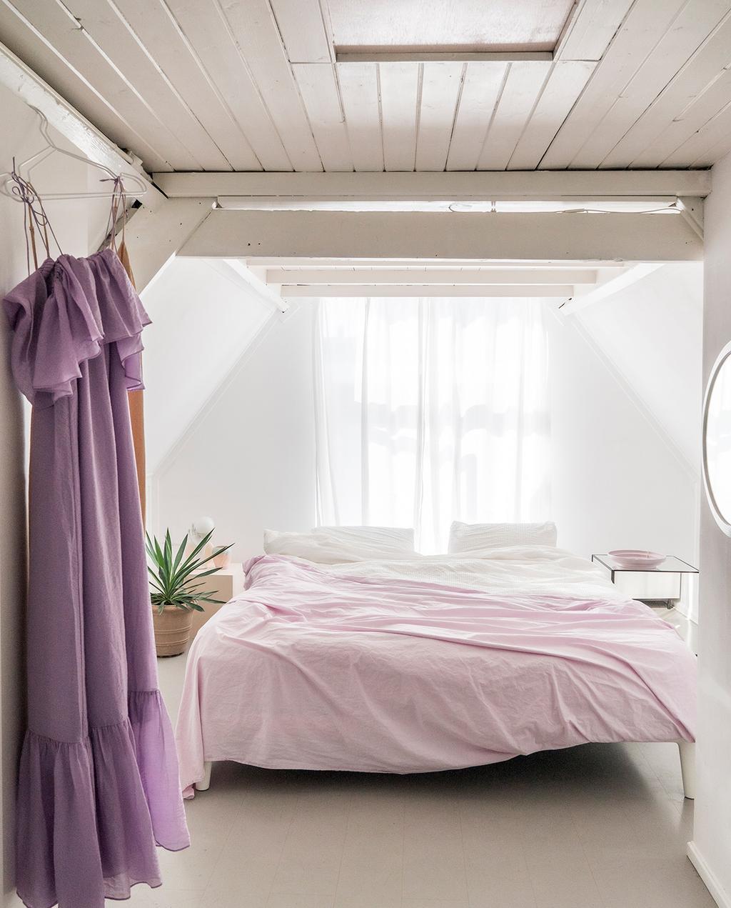 vtwonen special tiny houses 03-2021 | lichte slaapkamer met roze dekbedovertrek en paarse jurk