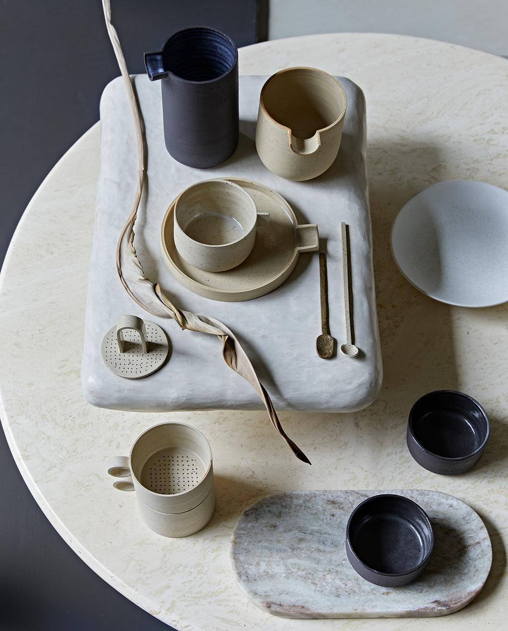 vtwonen 02-2021 | ronde salontafel met aardewerk servies