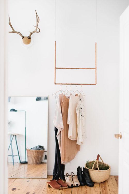 een-goed-begin-is-het-halve-werk-hangend-kledingrek