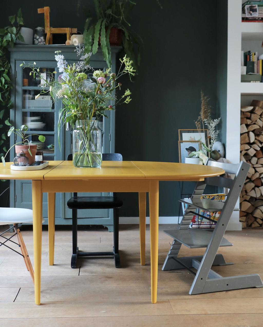 vtwonen en marktplaats   de interieurvondst van rolien: ronde uitschuifbare tafel   okergele ronde eettafel voor groene muur