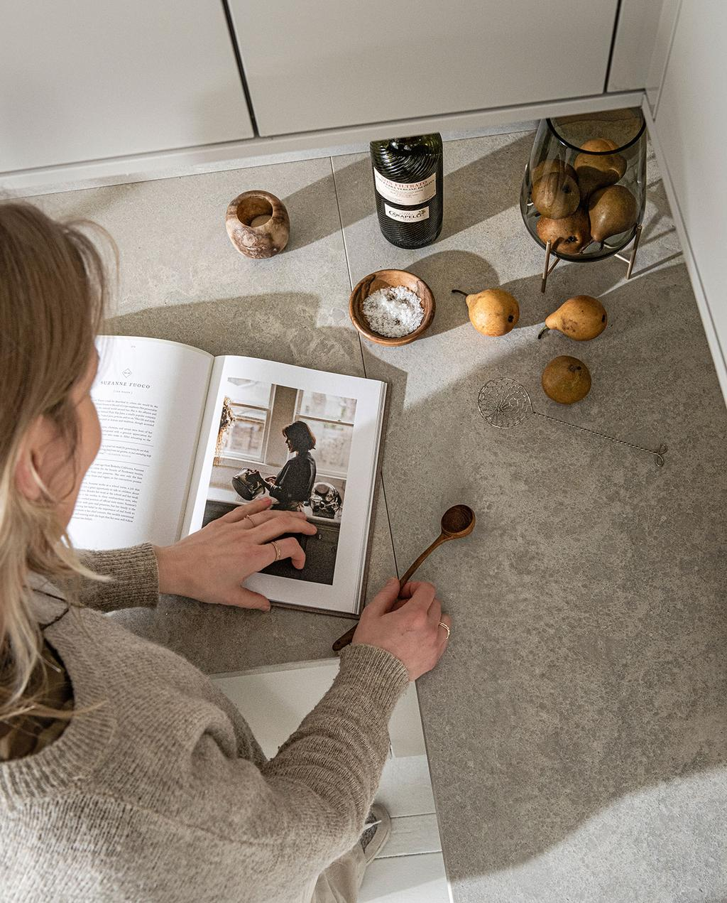 vtwonen 03-2021   kookboek op aanrecht