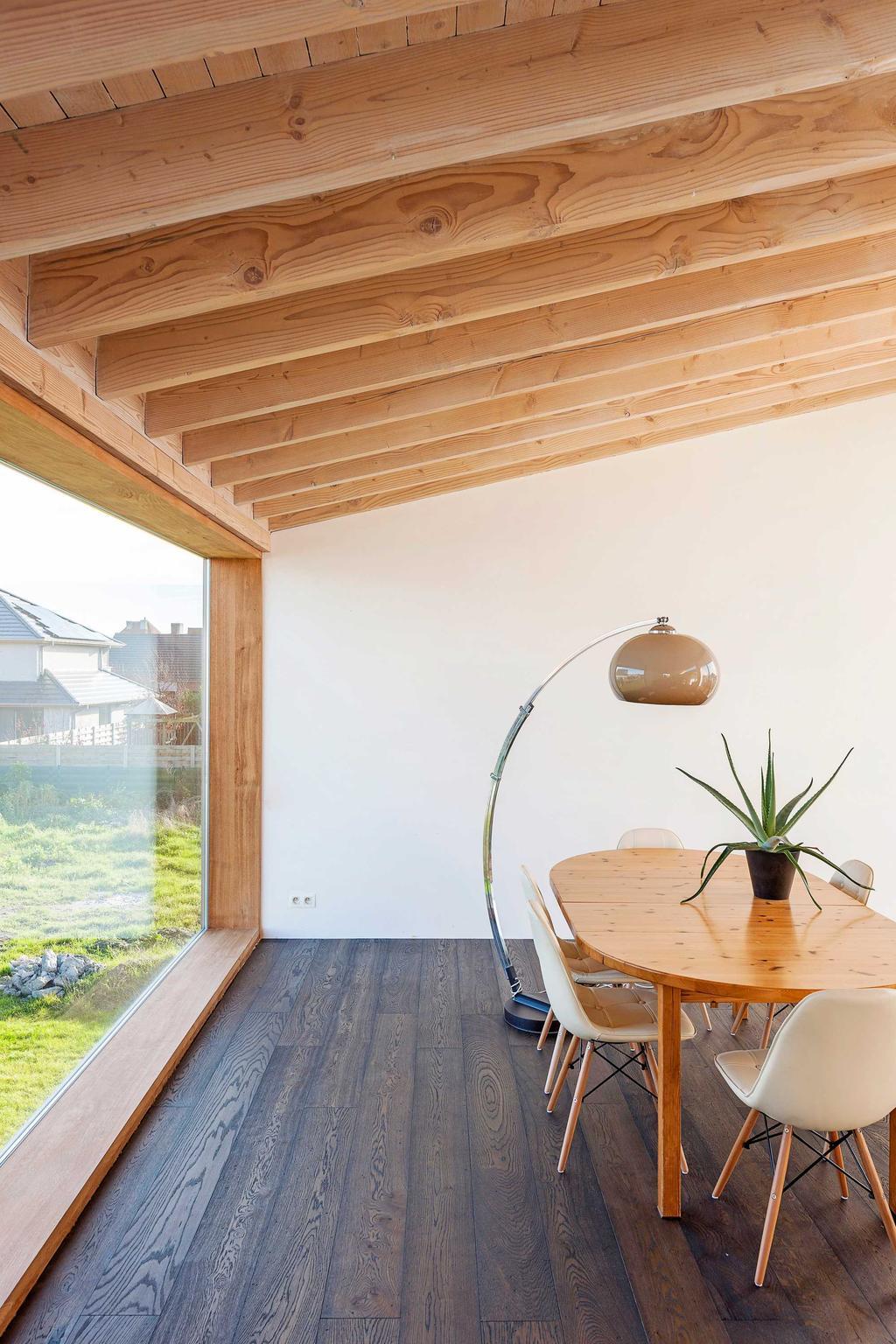 hout tafel stoelen lamp