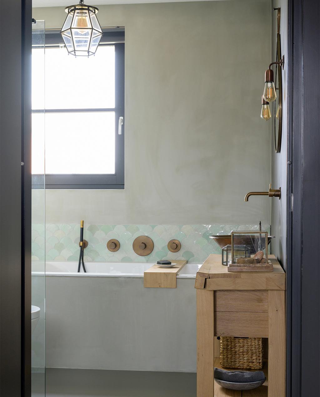 vtwonen 08-2021   badkamer met een rij tegels met Fish scale patroon, een op maat gemaakte wastafel