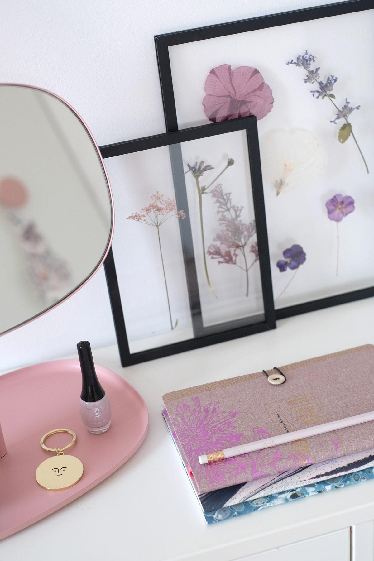 Een roze spiegel en bloemen in lijstjes door bloggers PRCHTG.